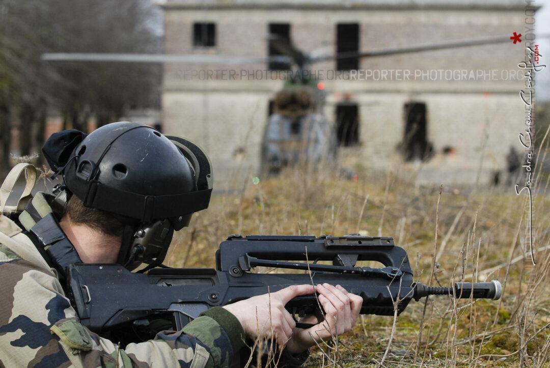 Commando de l'Air sécurisant le posé d'un hélicoptère [Ref:4108-06-0058]