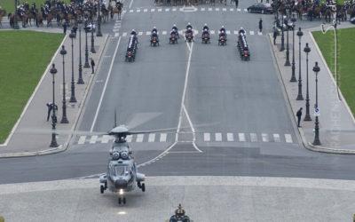 Posé d'un hélicoptère puma de l'armée de l'Air sur l'esplanade des Invalides