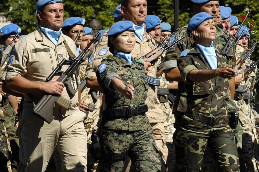 Femme casque bleu au défilé du 14 juillet [Ref:1508-20-0120]