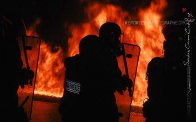 Gendarmes Mobiles devant les flammes