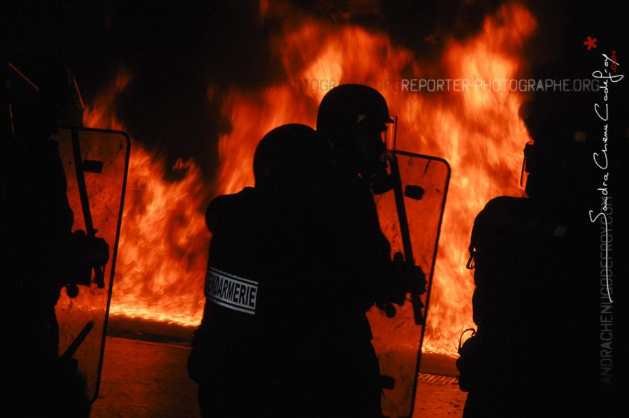 Gendarmerie Mobile devant un mur de flammes à Saint Astier [Ref: 1408-01-0048]