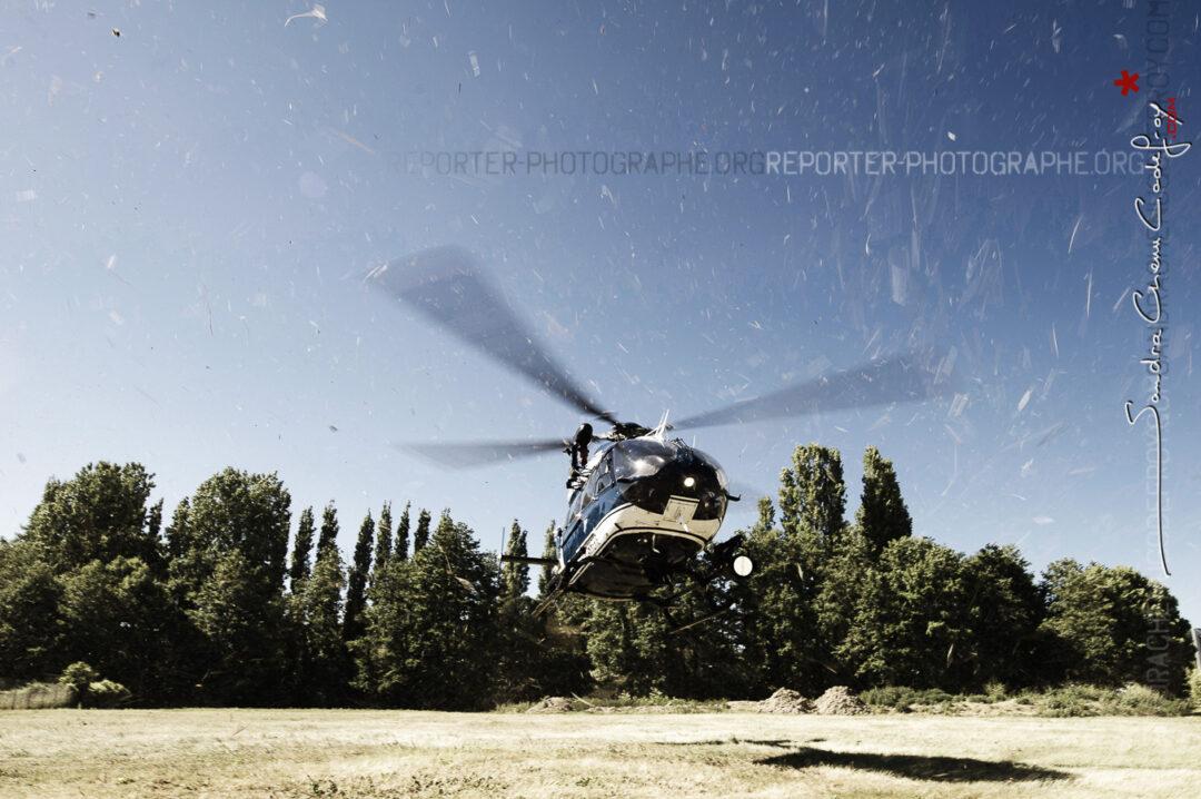 Posé d'un hélicoptère EC-145 de la SAG Villacoublay lors du sommet du G8 [Ref: 1211-05-0069]