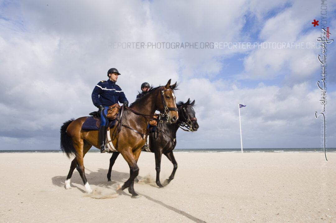Cavaliers de la Garde Républicaine sur la plage de Deauville lors du G8 [Ref: 1211-05-0210]