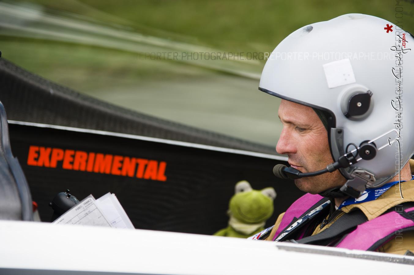 Bobos, Pilote du Big Frog avant son décollage au Salon du Bourget [Ref: 3511-09-1041]