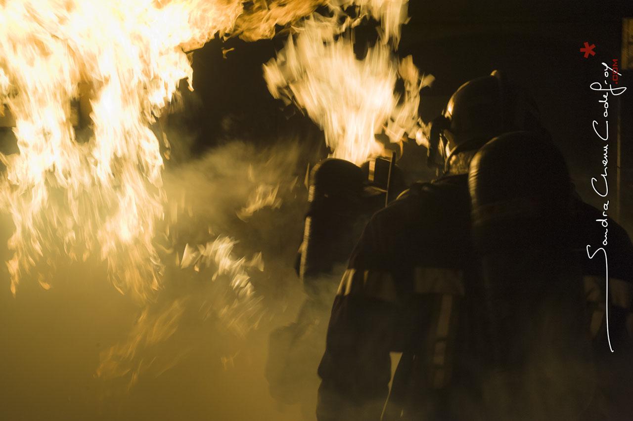 Pompiers traversant un mur de flammes [Ref:2111-01-1235]