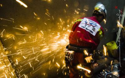 Sauveteur sciant un barreau de métal [Ref:2410-05-1413]