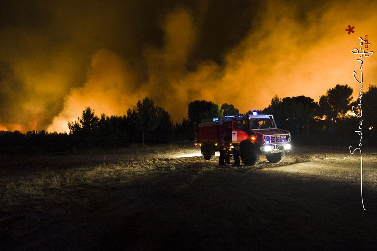 Camion CCF du BMPM sur le front de flammes [Ref: 2410-13-0347]
