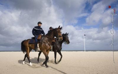 Cavaliers de la Garde Républicaine sur la plage lors du G8 [Ref: 1211-05-0210]