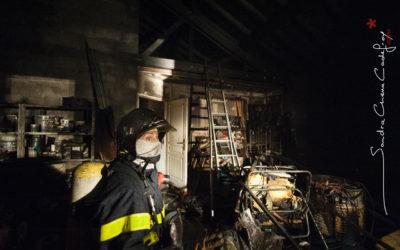 Femme Sapeur Pompier dans les décombres d'un incendie [Ref:2110-03-2462]