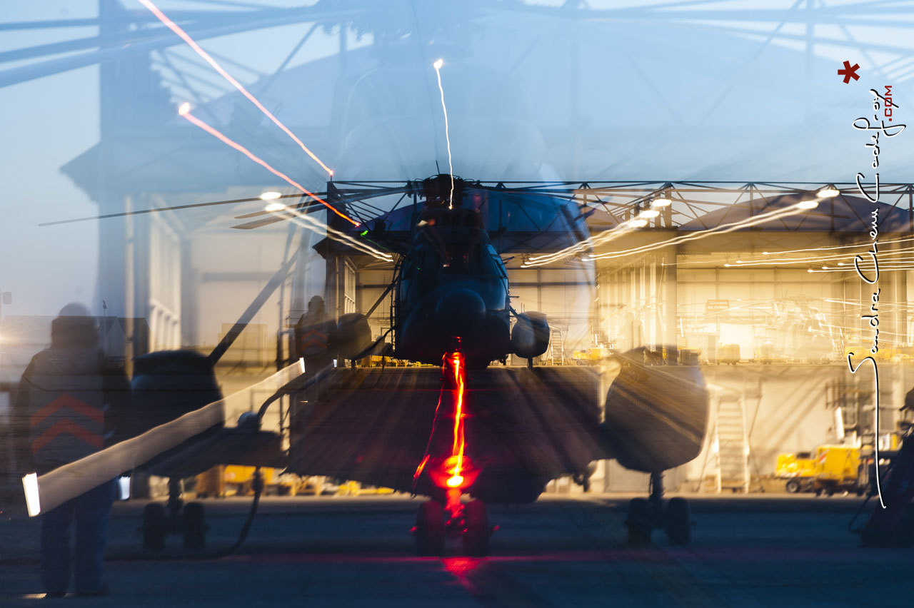 Hélicoptère Super Frelon au hangar [Ref: 3210-04-1191]