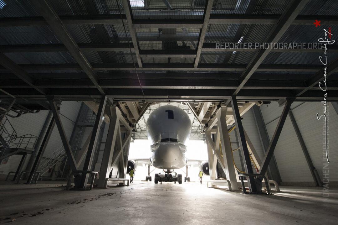 Déchargement du Beluga à Méaulte dans un hangar dédié [Ref:3513-19-0494]