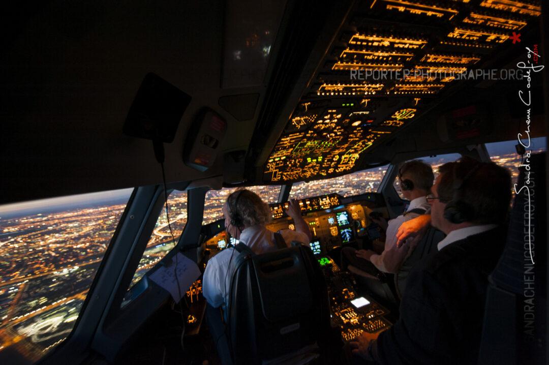 En approche de Toulouse à la tombée du jour dans le cockpit du Beluga [Ref:3513-19-1158]
