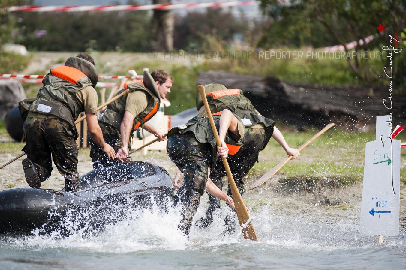 Raiders du SRC tirant leur bateau sur la plage [Ref:4209-01-0613]