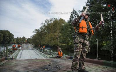 Sapeur réserviste du 3RG manoeuvrant un pont flottant [Ref:4313-11-0192]