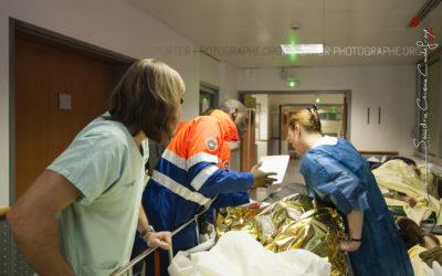 Secouristes emmenant un blessé aux urgences [Ref:2110-01-0200]