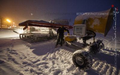 Pisteur secouriste attelant un canon à neige à une dameuse [Ref:2310-02-0338]