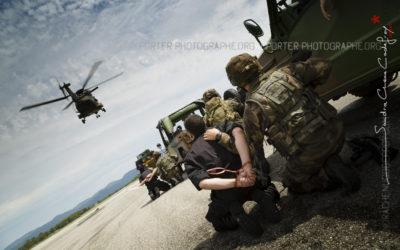 Militaires s'apprêtant à évacuer des prisonniers en NH90 [Ref:3214-09-1274]