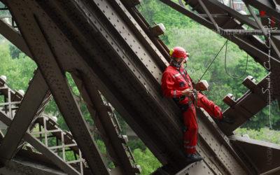 Pompier de Paris escaladant la tour Eiffel [Ref:1108-14-0286]