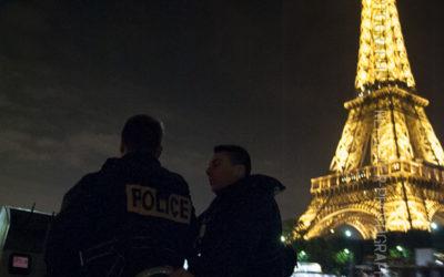 Embarcation de la brigade fluviale devant la tour Eiffel de nuit [Ref:1313-10-0813]