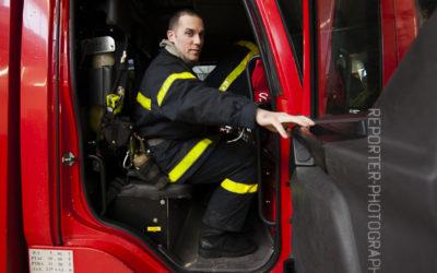 Sapeur-pompier refermant la porte du fourgon incendie [Ref:2110-03-0288]