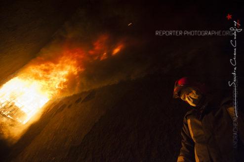 Femme sapeur-pompier regardant les flammes [Ref:2413-16-0038]