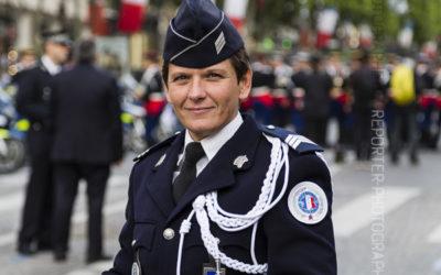 Portrait d'une femme motard de la Police Nationale [Ref:4514-10-0438]