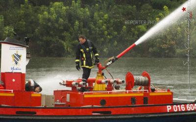 Sapeur pompier à bord du bateau-pompe des Yvelines [Ref:1012-13-0387]