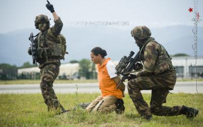 Evacuation d'un otage par des soldats français [Ref:3214-09-0826]