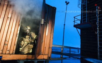 Sapeur pompier à la porte d'un caisson [Ref:3212-01-1333]