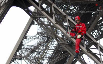 Pompier du GREP assis sur la Tour Eiffel [Ref:1108-14-0102]