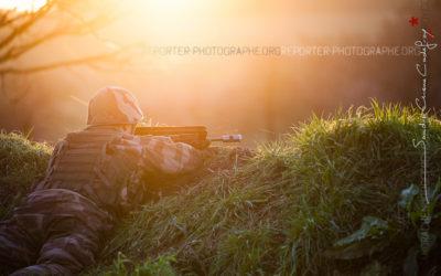 Élève officier en appui au coucher de soleil [Ref:4116-01-0435]