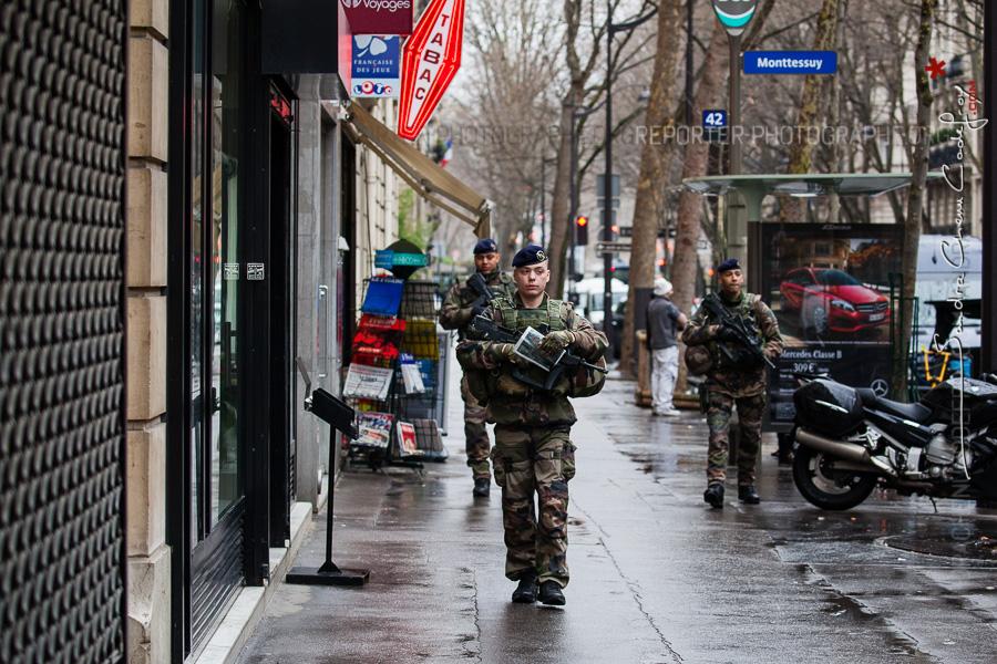 Patrouille Sentinelle dans la rue [Ref:4116-04-0227]