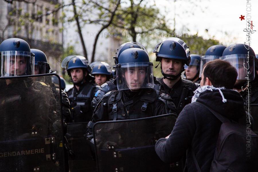 Gendarmes mobiles écoutant un manifestant [Ref:1416-07-0053]