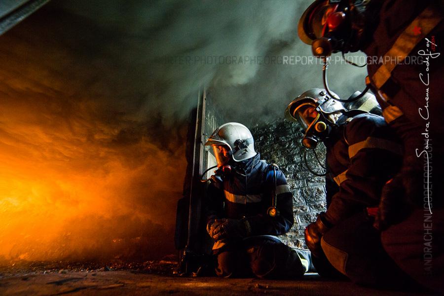 Stagiaires et instructeur observant un feu sous-ventilé [Ref:2116-05-0032]