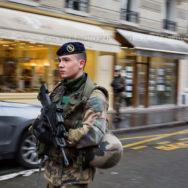 Soldat du 1er RI en patrouille à Paris [Ref:4116-04-0201]
