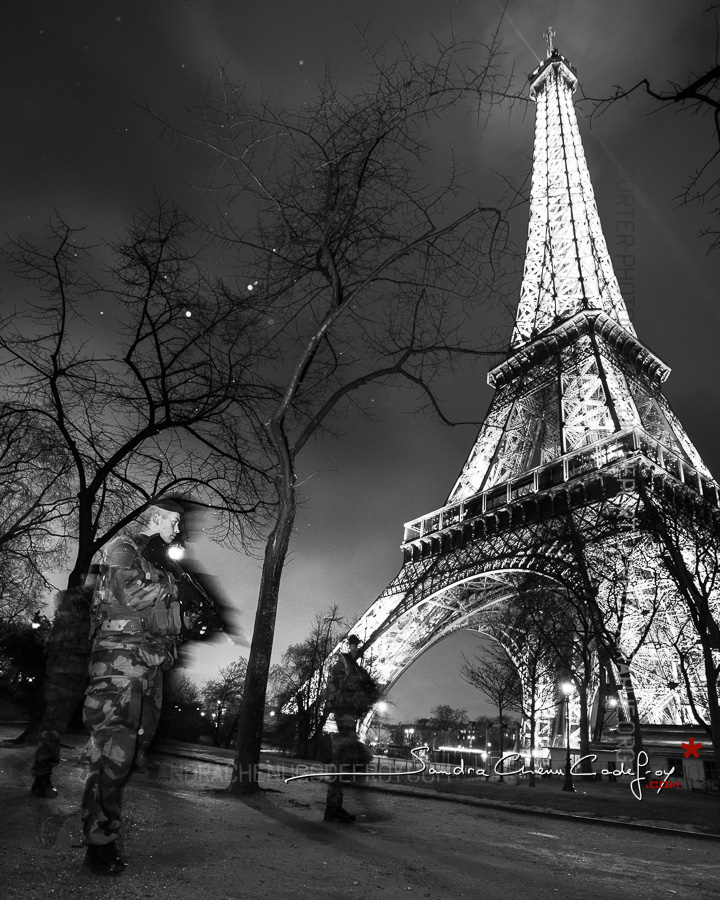 Patrouille Sentinelle de nuit au pied de la Tour Eiffel [Ref:4116-04-0280]