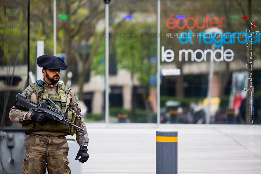 Sentinelle en poste devant Radio France International [Ref:4116-06-0276]