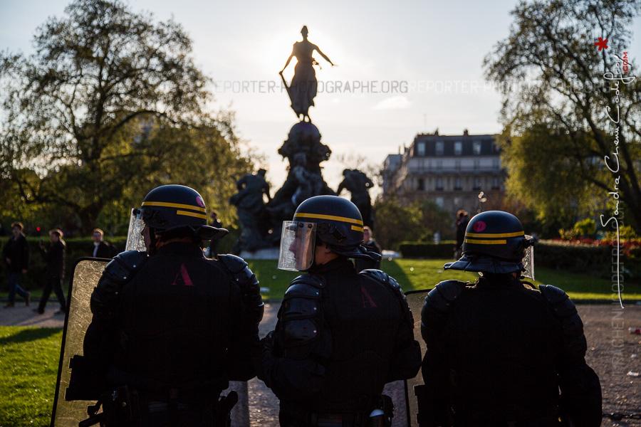 CRS devant le Triomphe de la République [Ref:1416-09-0441]