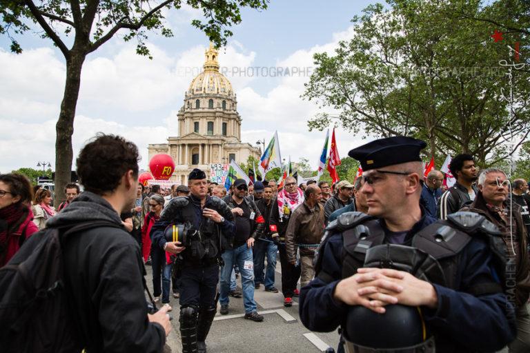 Passage de la manifestation devant les Invalides encadrée par les CRS [Ref:1416-11-0041]