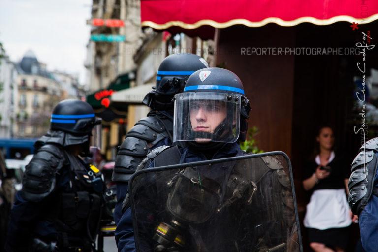 Portrait de policier d'une CI bloquant une rue adjacente [Ref:1416-11-0200]