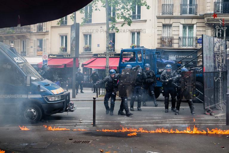 Gendarmes mobiles victimes de jets de cocktails molotov se réarticulant [Ref:1416-11-0281]
