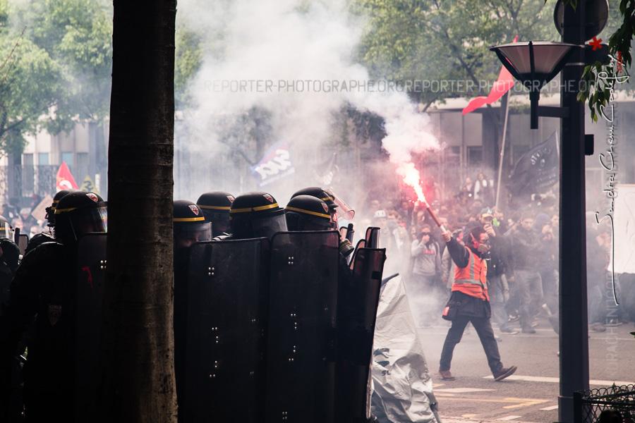 Compagnie Républicaine de Sécurité à proximité d'un manifestant tenant un feu de bengale juste après un affrontement avec des casseurs [Ref:1416-12-0273]