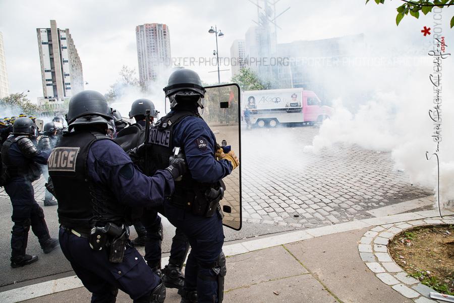 Policiers intervenant en fin de manifestation pour interpeller des casseurs [Ref:1416-12-0452]