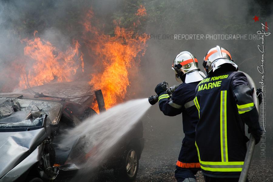 Binôme de sapeurs-pompiers de la Marne travaillant sur un véhicule en feu [Ref:2116-13-0289]