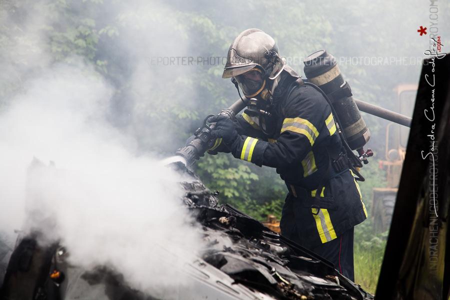 Jeune Sapeur-pompier de la Marne terminant l'extinction d'un VL en feu [Ref:2116-13-0455]