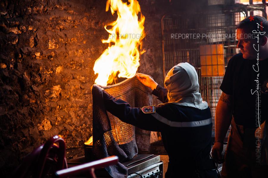 Jeune sapeur-pompier éteignant un feu de friteuse [Ref:2116-13-0204]