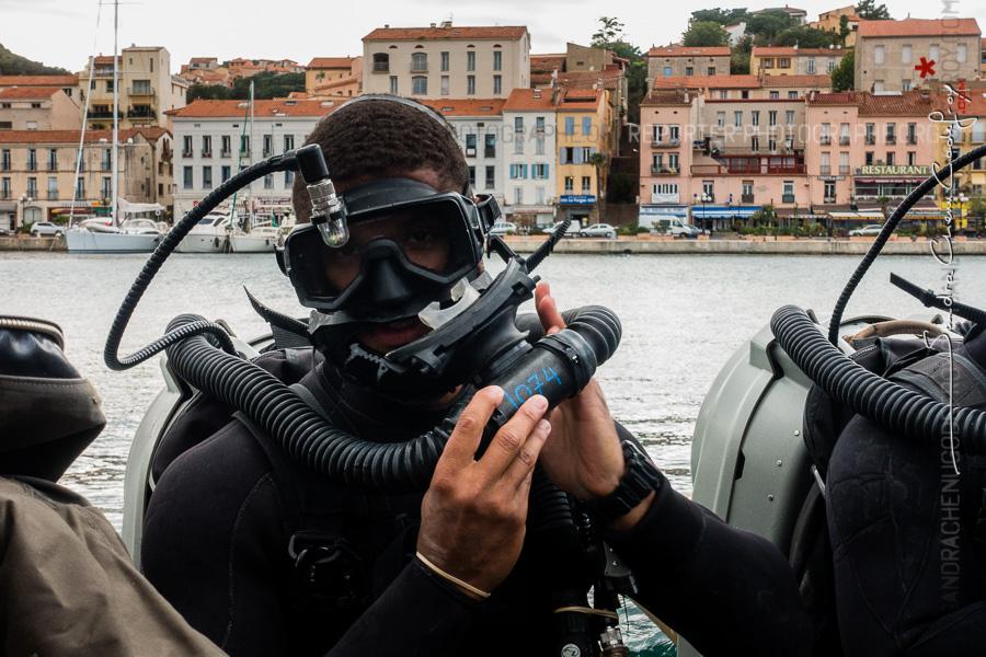 Plongeur de l'EODMU 8 capelant son recycleur [Ref:4316-14-0779]