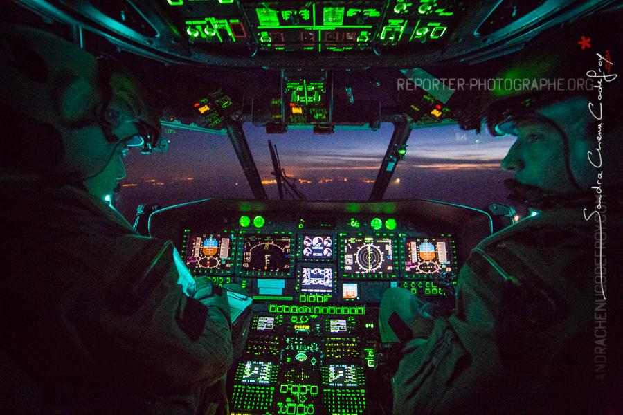 Vue depuis le cockpit lors d'un vol de nuit [Ref:3216-18-0640]