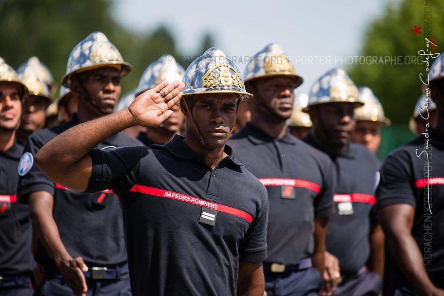 Salut d'un Lieutenant sapeur-pompier en Outremer [Ref:4516-22-0627]