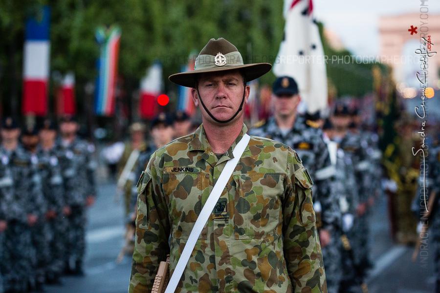 Soldat australien sur les Champs Elysées [Ref:4516-22-0971]